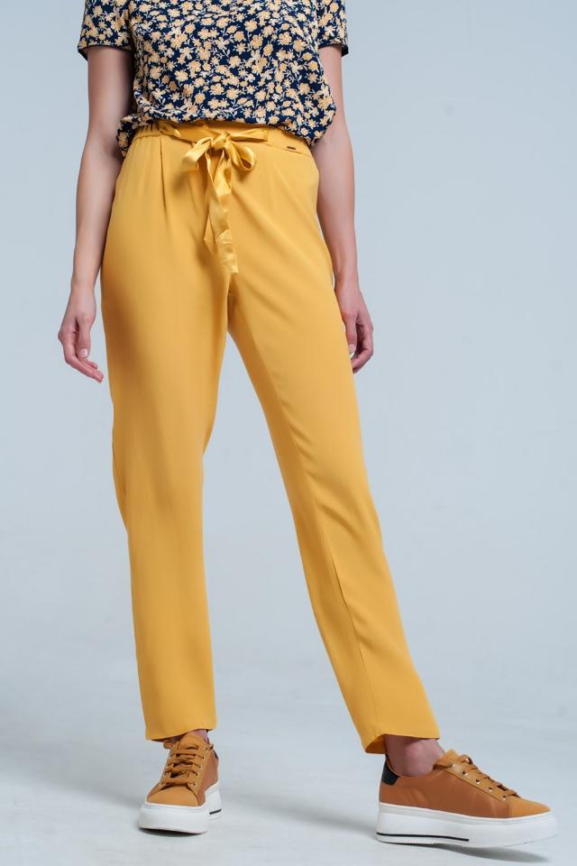 Pantalon en mostaza con cinturón de raso