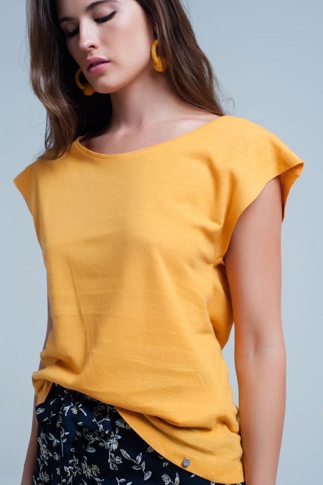 Camiseta amarilla con escote redondo
