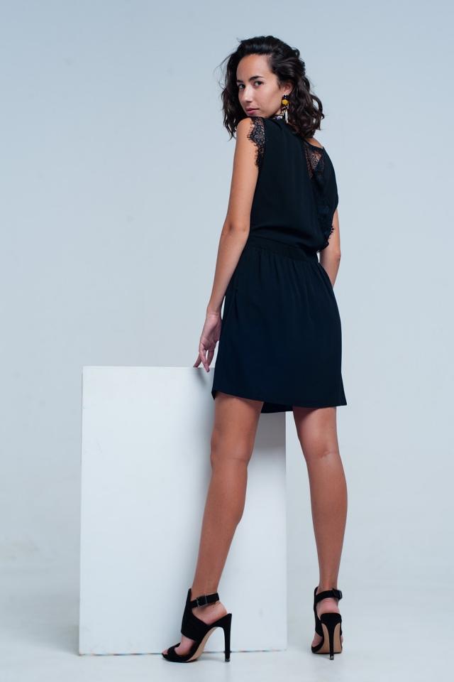 Vestido negro con escote espalda y detallas de puntilla