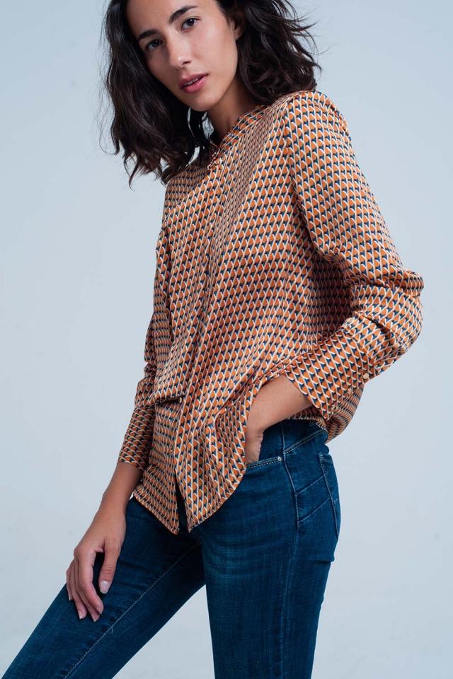 Blusa estampada geométrica naranja con lazo en el frente