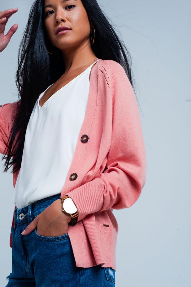 Chaqueta de punto rosa con botones y costuras vanguardista