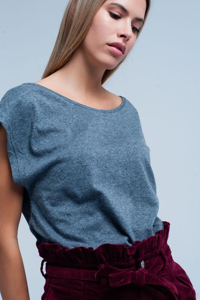 Camiseta gris con escote redondo