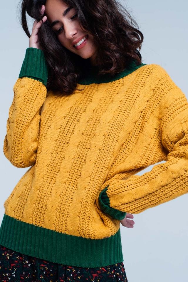 Suéter de color mostaza de punto de ochos con cuello alto