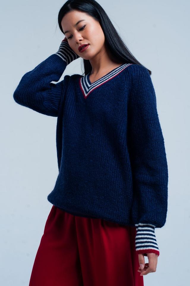 Suéter con escote azul marino con detalles de rayas