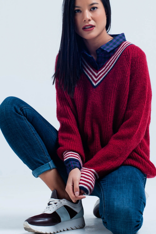 Suéter con escote rojo con detalles de rayas