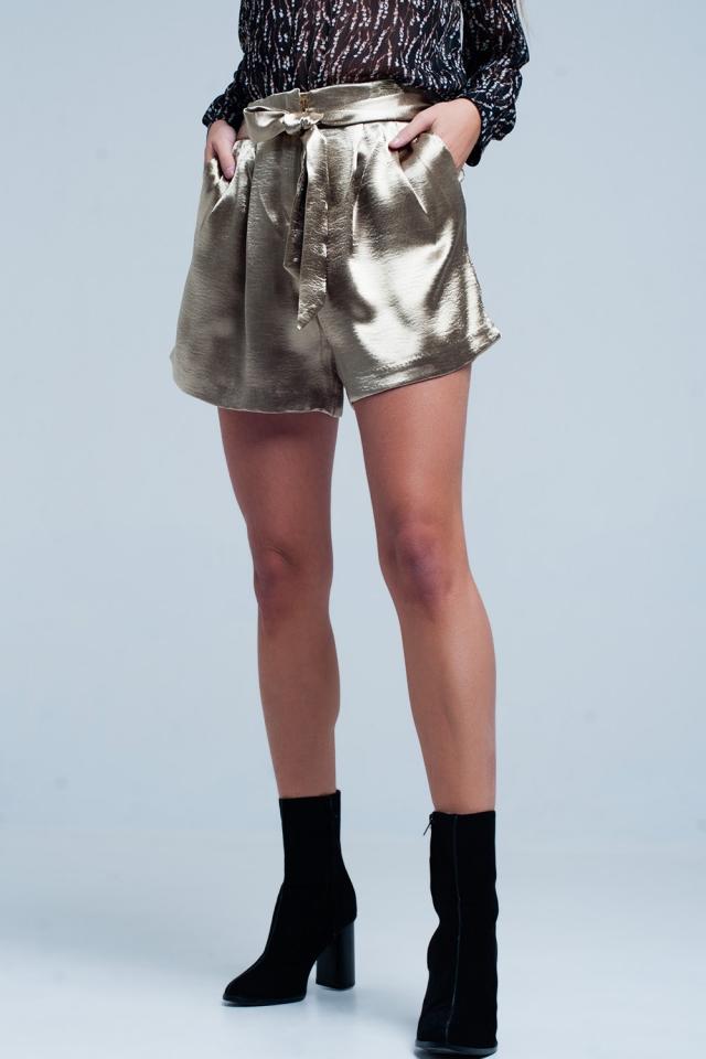 Shorts satinados beige con lazo en la cintura