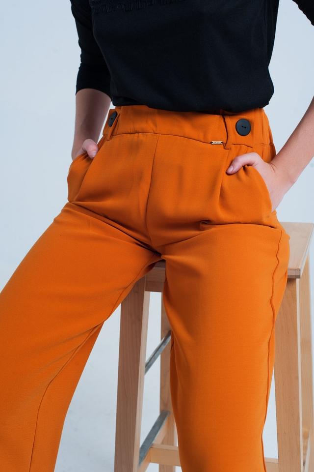 Pantalón ancho de color naranja con botones