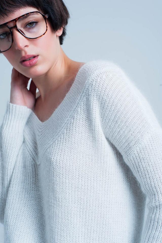 Suéter crema de angora con cuello en v