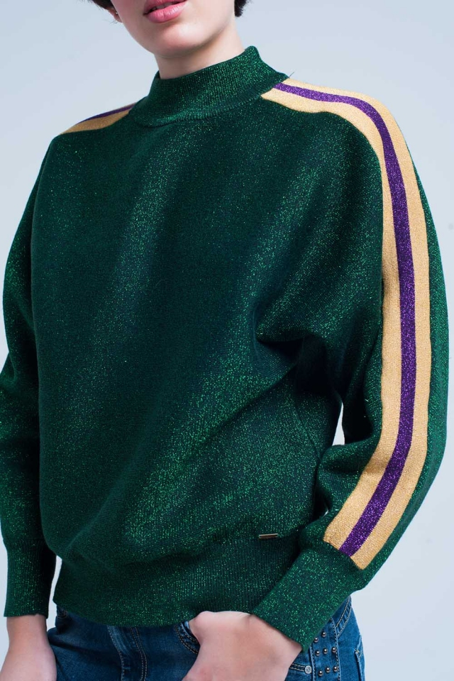 Suéter con cuello alto de brillo verde con rayas laterales