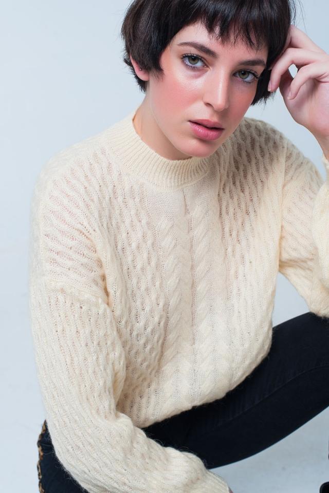 Suéter de punto amarillo con cuello redondo