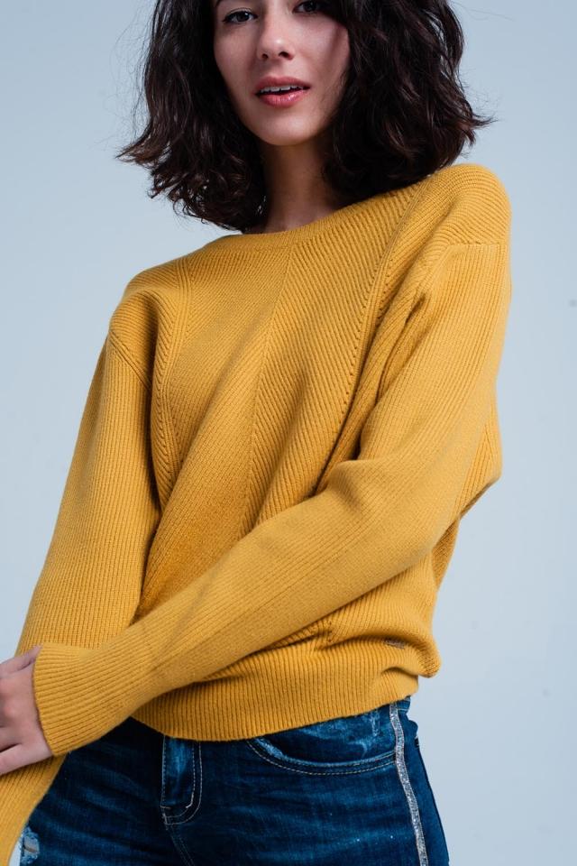 Suéter mostaza con motivo a rayas y con cuello redondo