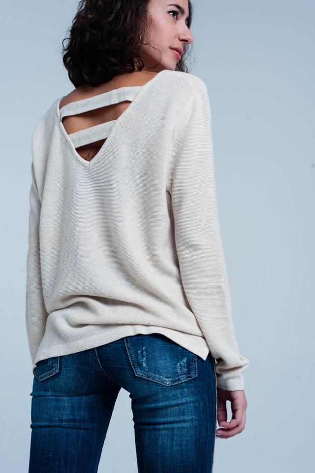 Suéter beige con tirantes en la espalda abierta