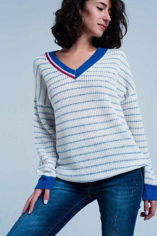 Suéter de rayas azules con cuello de pico