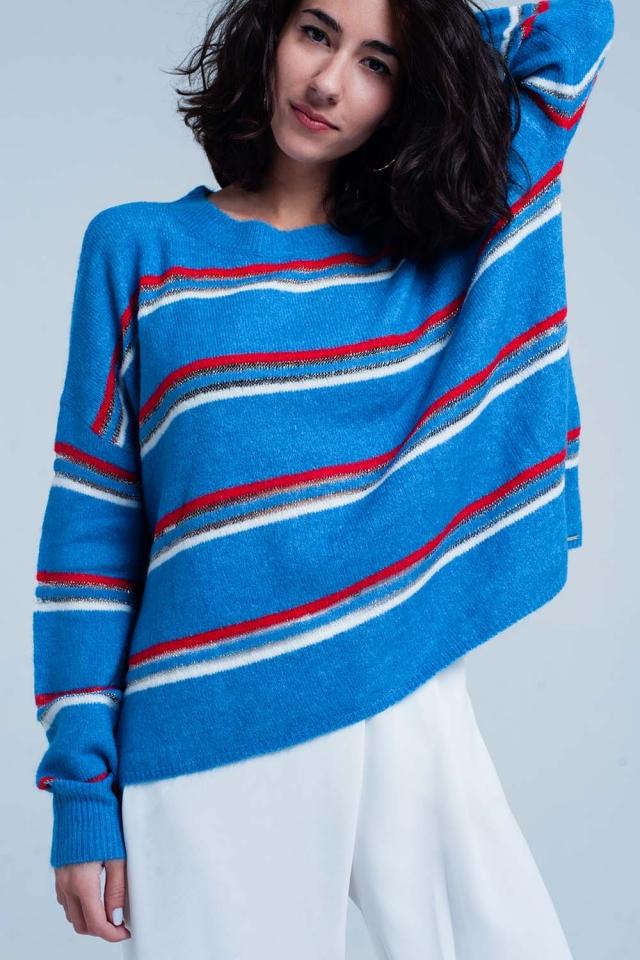 Suéter azul a rayas en rojo