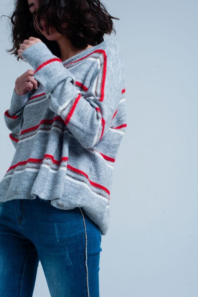 Suéter gris con rayas de brillo rojo