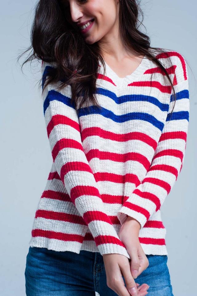 Suéter a rayas rojas con cuello de pico