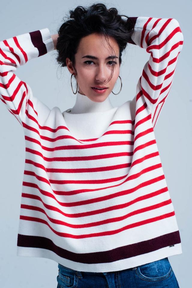 Suéter de rayas rojas con cuello alto con botones