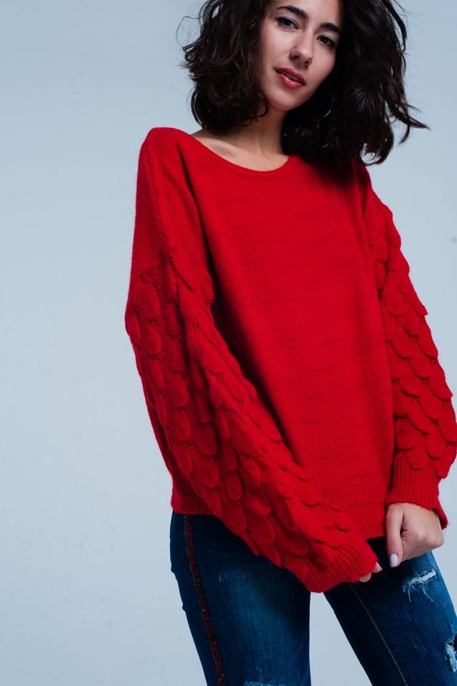 Suéter rojo con textura de pluma de punto grueso