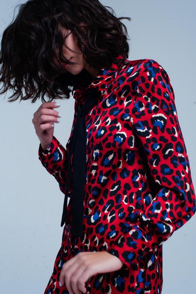 Vestido rojo de cuello en estampado de leopardo