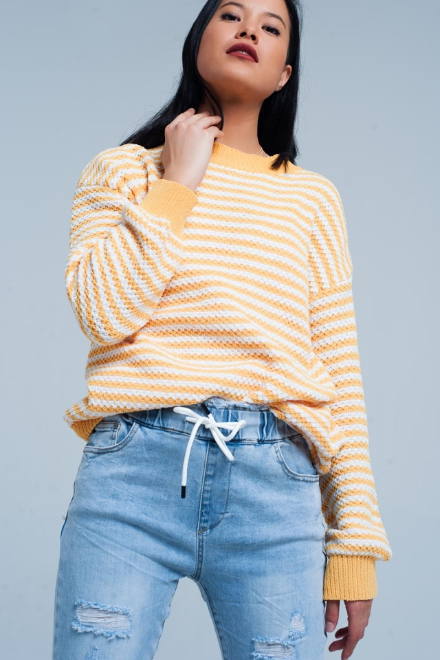 Suéter amarillo de punto a rayas blancas