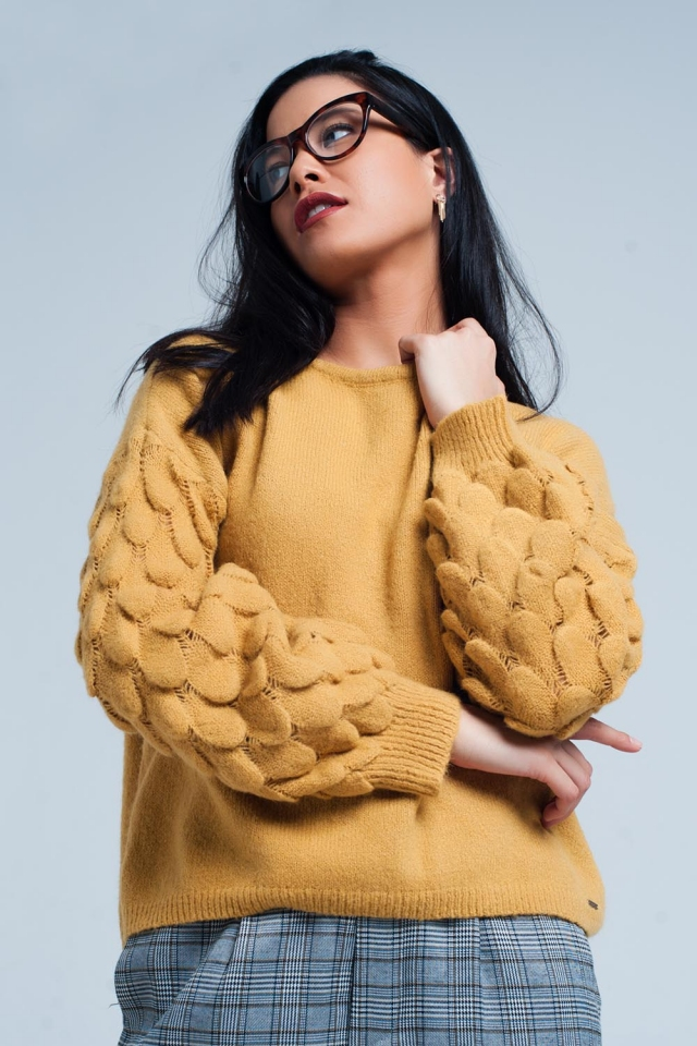 Suéter de color mostaza con textura en las mangas