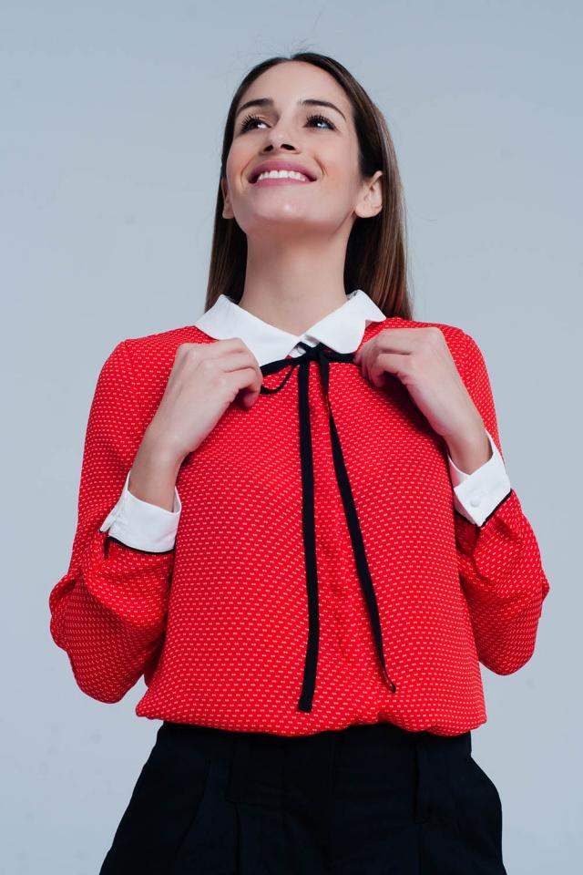 Blusa en coral con cuello y mangas en contraste