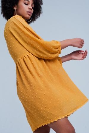 Vestido amarillo amplio con bordados y escote pico