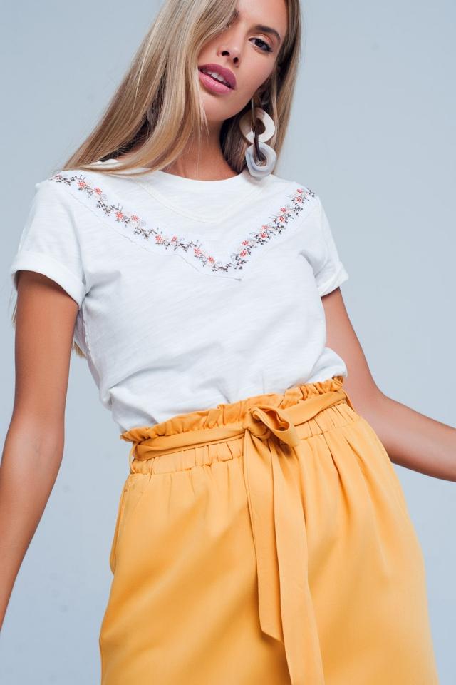 Camiseta blanca recta con bordado de florecitas