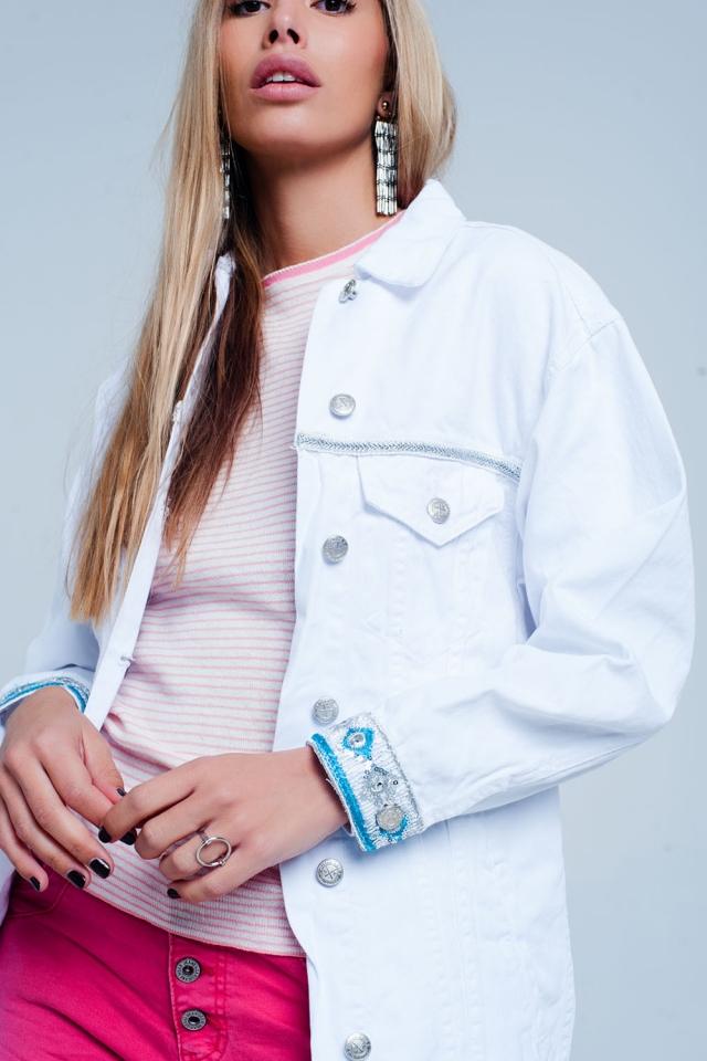 Chaqueta blanca de corte girlfriend con detalle de bordados en el bajo