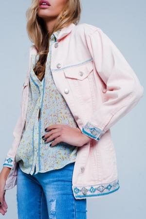 Chaqueta rosa de corte girlfriend con detalle de bordados en el bajo