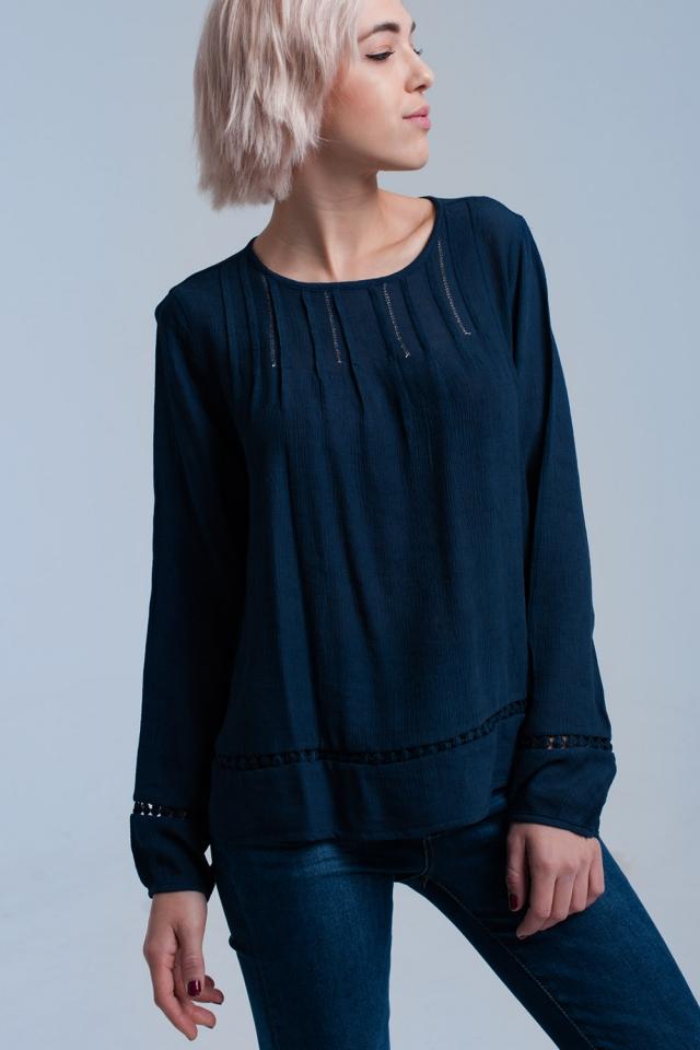Camisa plisada azul marino con detalle de ganchillo