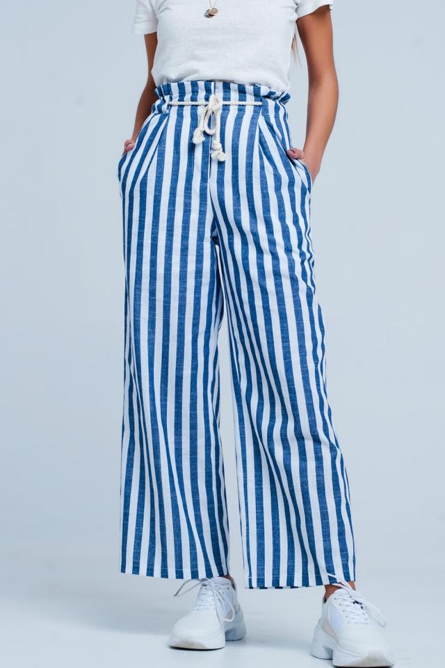 Pantalones tapered azul con cinturón de cuerda y diseño a rayas
