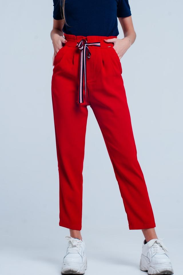 Pantalón rojo con cintura paperbag y lazo en la parte delantera de la cintura