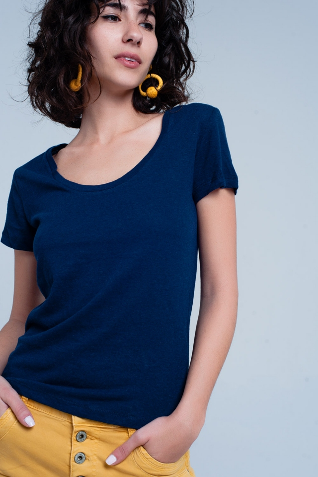 Camiseta azul marino con cuello ancho