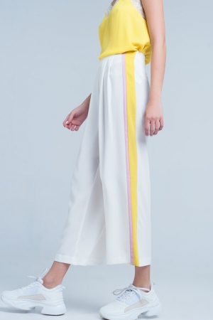 Pantalon blanco de pernera ancha con rayas en el lateral amarillas