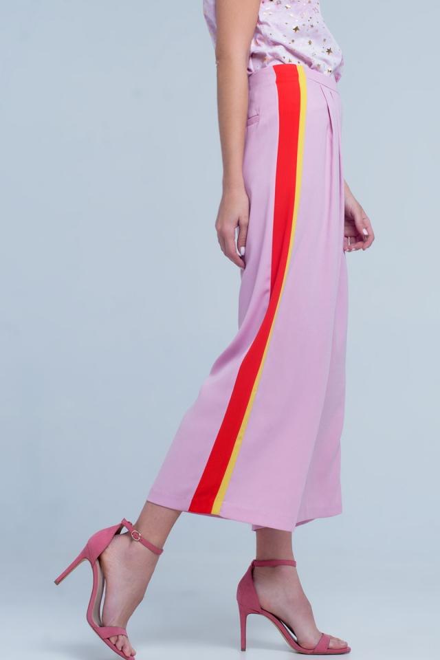 Pantalon rosa de pernera ancha con rayas en el lateral