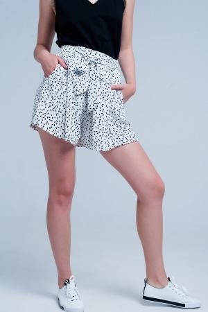 Pantalones cortos blancos con cintura fruncida y lunares
