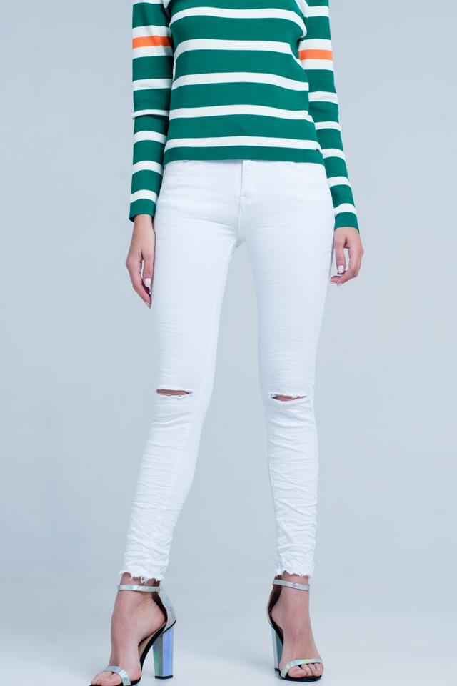 Vaqueros ajustados en color blanco con rodillas rasgadas