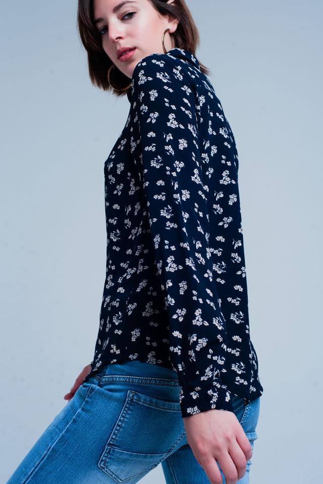 Camisa azul marino clásica de flores