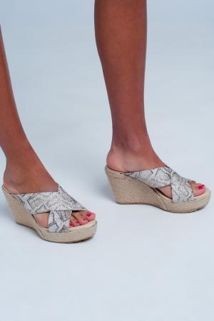 Sandalias con tiras cruzadas con diseño alto y estampado de leopardo