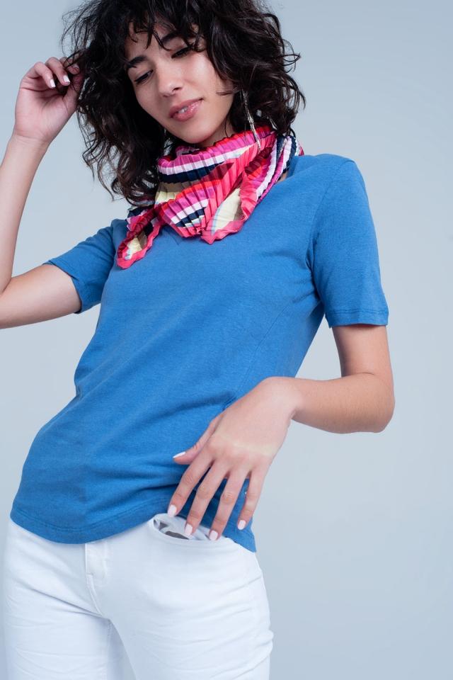 Camiseta azul de manga corta con cuello de pico