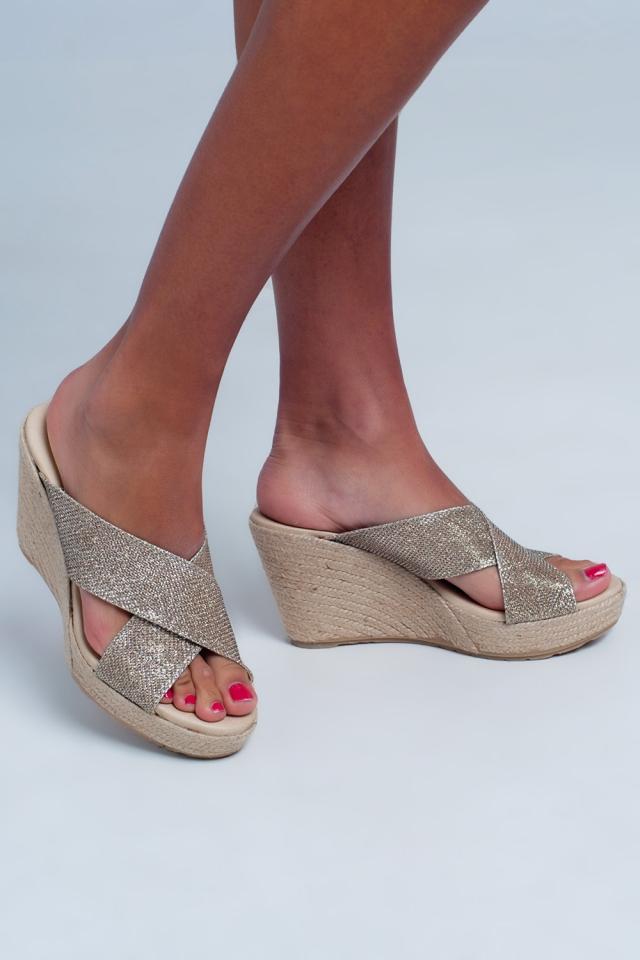 Sandalias con tiras cruzadas con diseño de corte alto en dorado