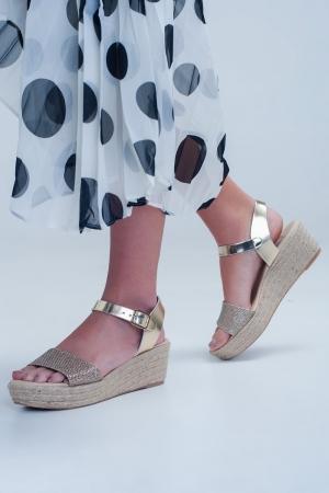 Sandalias de cuña color dorado con correa en el tobillo