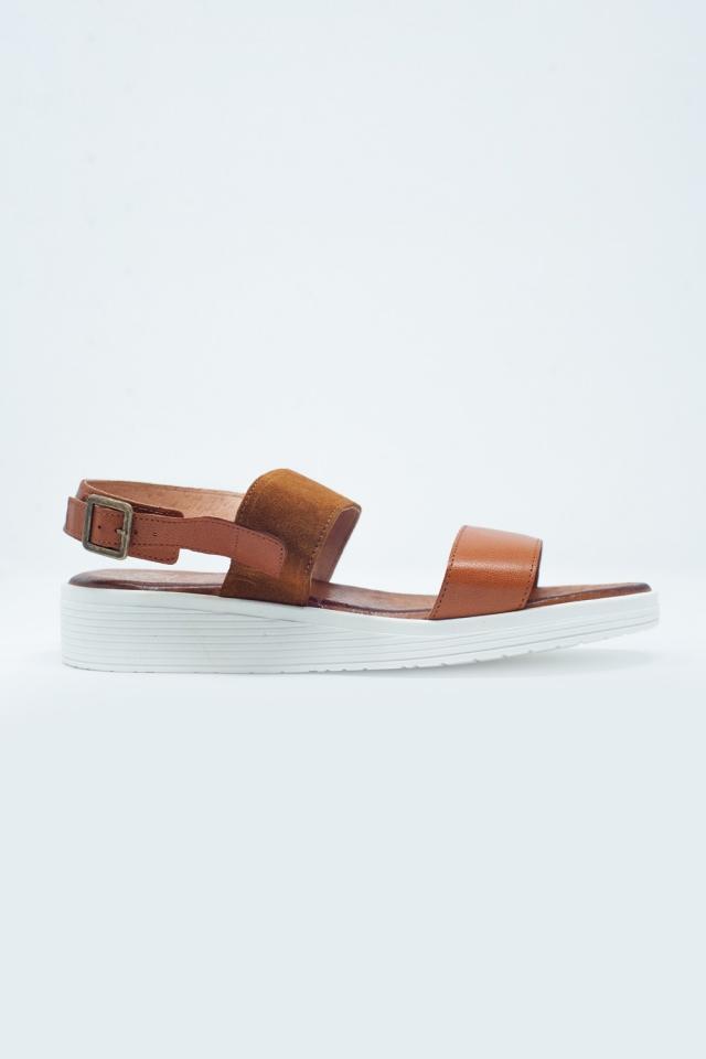 Sandalias color camel planas con tira trasera