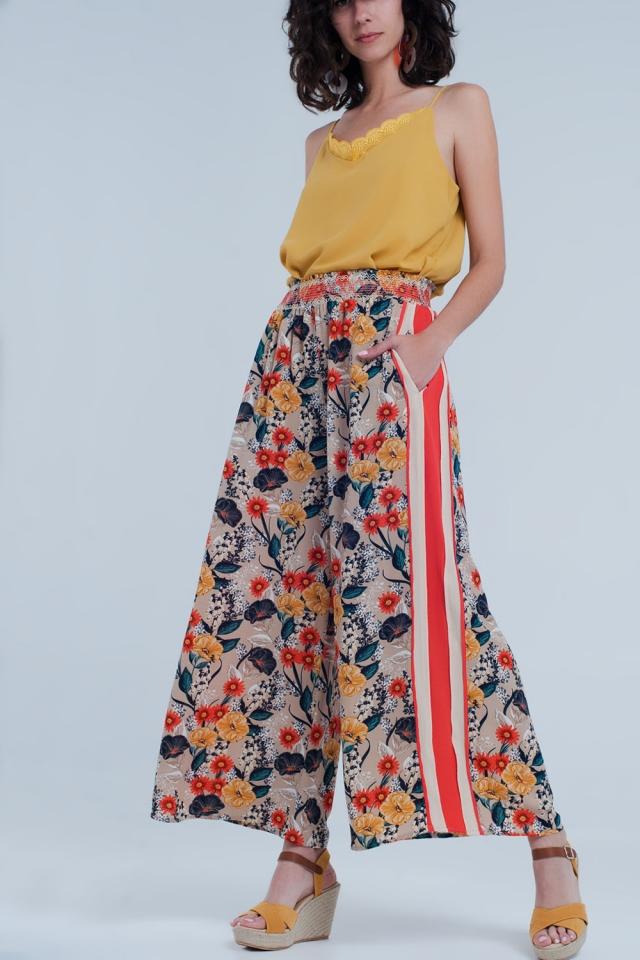 Pantalon beige con flores y raya lateral