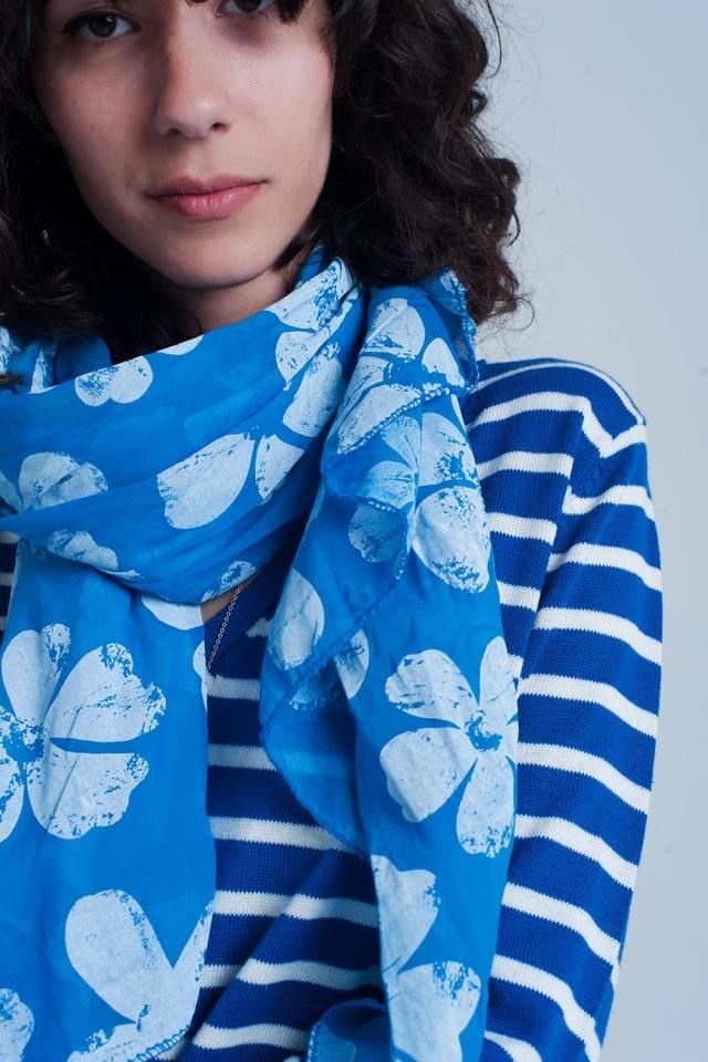 Pañuelo azul con estampado floral