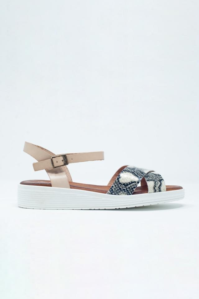 Sandalias planas con talón cerrado color beige