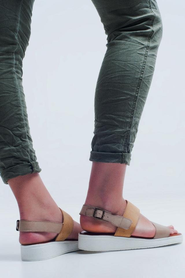 Sandalia plana beige con dos tiras