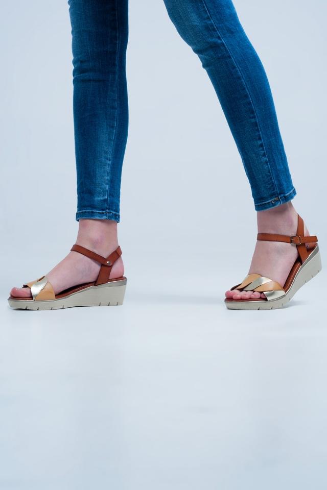 Sandalias con cuña de cuero oro