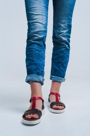 Sandalias planas con correa cruzada de cuero